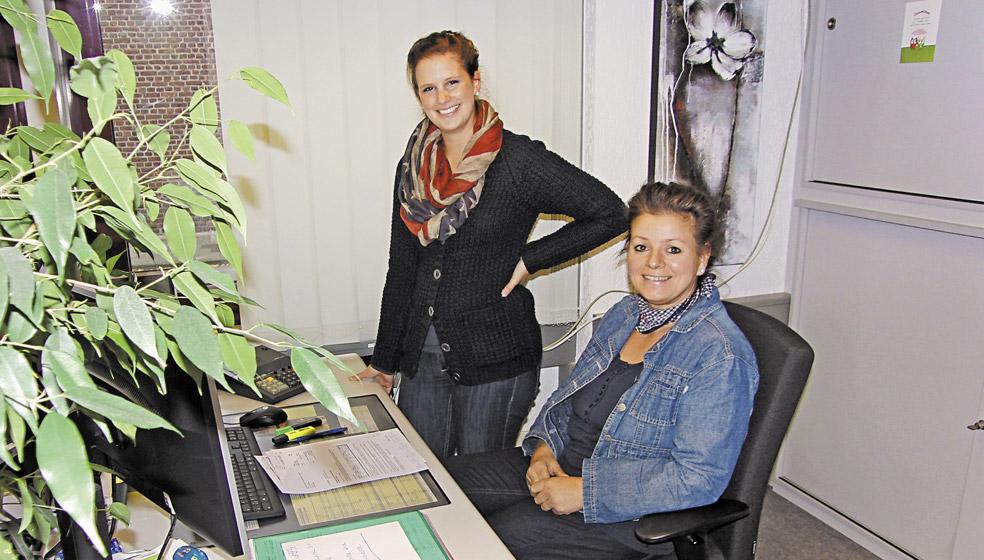 Katrin Heinen (li.) und Petra Bonners beantworten im Kundenzentrum alle Fragen rund um die Jahresrechnung.
