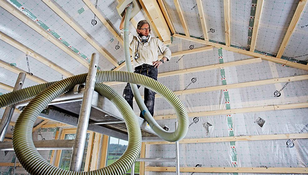 Zellulosefasern und Wiesengras werden als Dämmung in die Hohlräume von Dach und Wänden eingeblasen. Foto: Fotolia/Ingo Bartussek