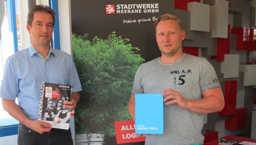 M. Bierbaum aus Dennheritz (rechts) freut sich über ein neues Galaxy-Tablet von Samsung. (Bild: Stadtwerke Meerane)