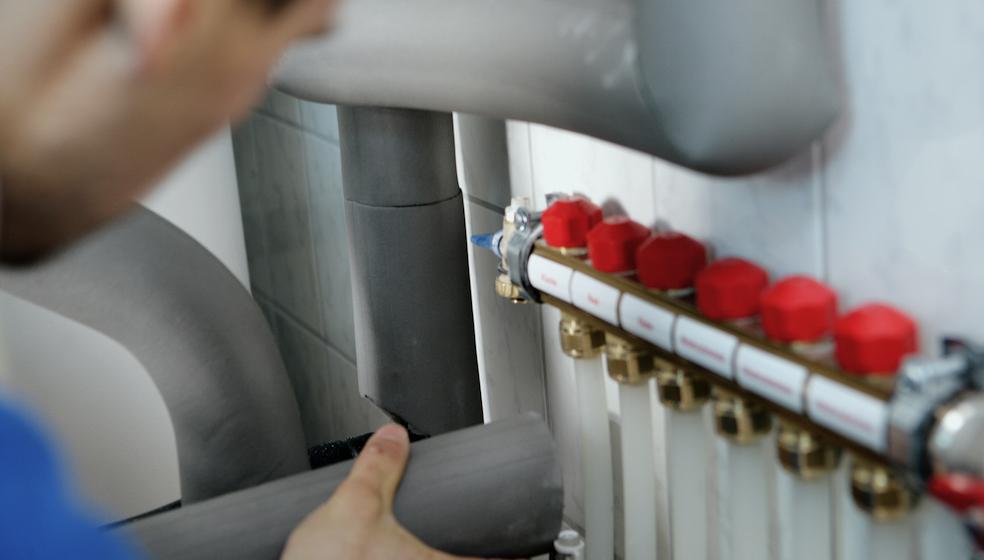 Kellerdecke und Heizungsrohre dämmen